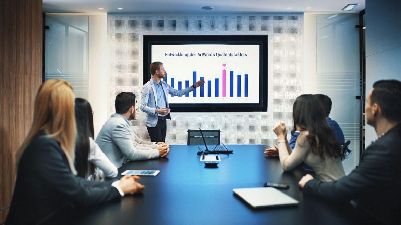 : Ein Online Marketing Manager hält eine Präsentation