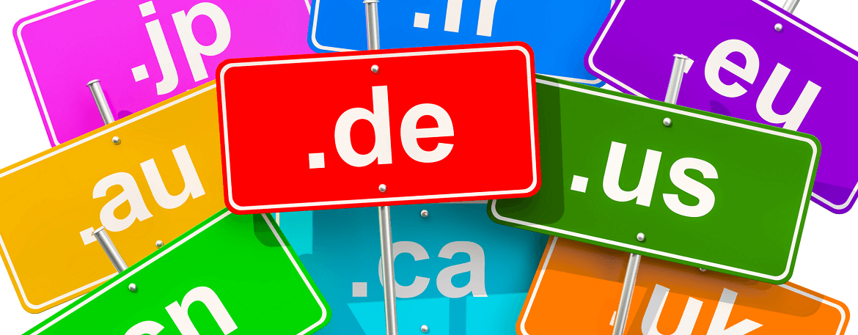 Alt-Text: Verschiedene Top Level Domains auf Straßenschildern