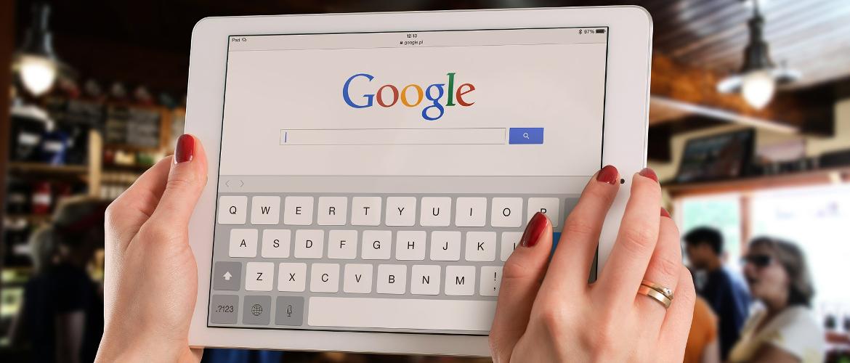 Suche nach Google My Business Eintrag mit einem Tablet