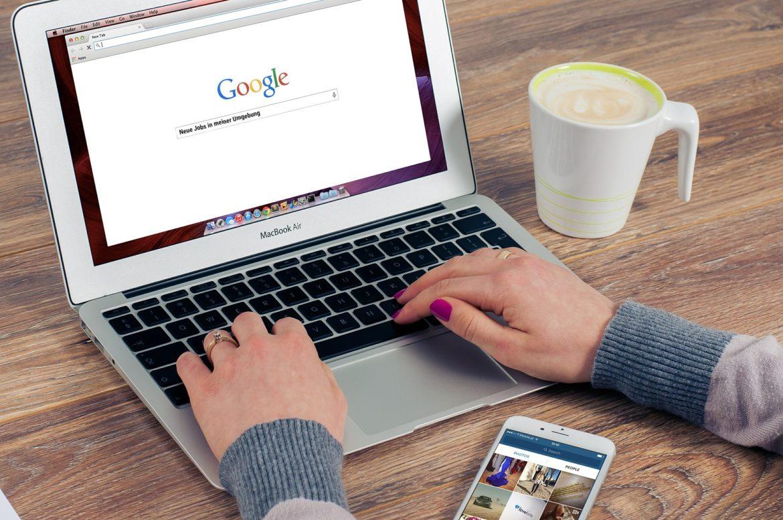Frau nutzt Google um Stellenangebote zu finden